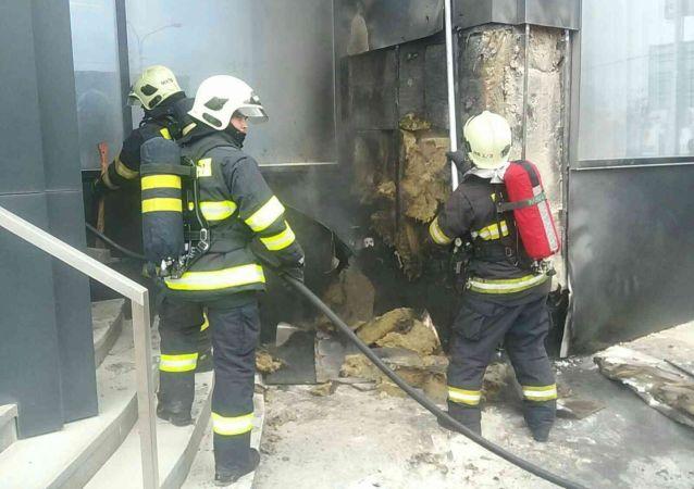 Hasiči při požáru v hotelu Park Inn Danube v Bratislavě
