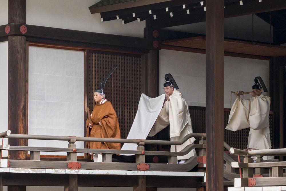 Císař Japonska Akihito během abdikačního rituálu v císařském paláci v Tokiu