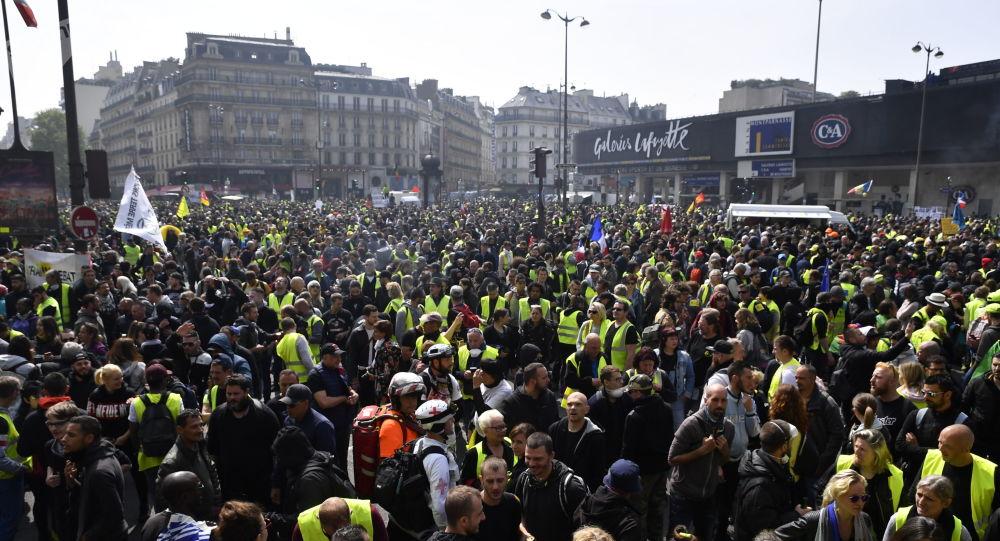 Účastníci hnutí žluté vesty na demonstraci dne 1. května v Paříži.