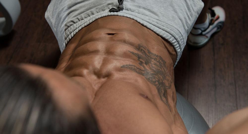 Muž s tetováním