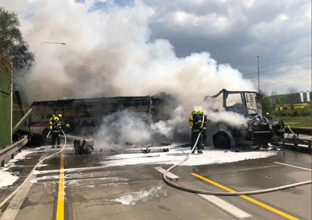 Vážná nehoda na pražském okruhu! Autobus vězeňské služby se srazil kamionem. Jeden mrtvý
