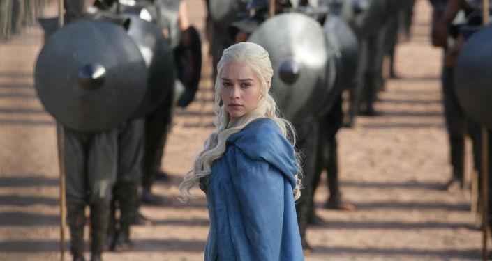Představitelka Daenerys Targaryenové ze seriálu Hra o trůny herečka Emilia Clarke
