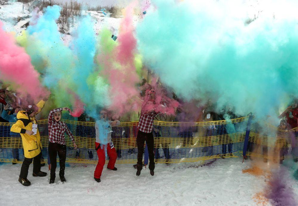 Posledním bodem svátku byl tzv. boj barvami Holi