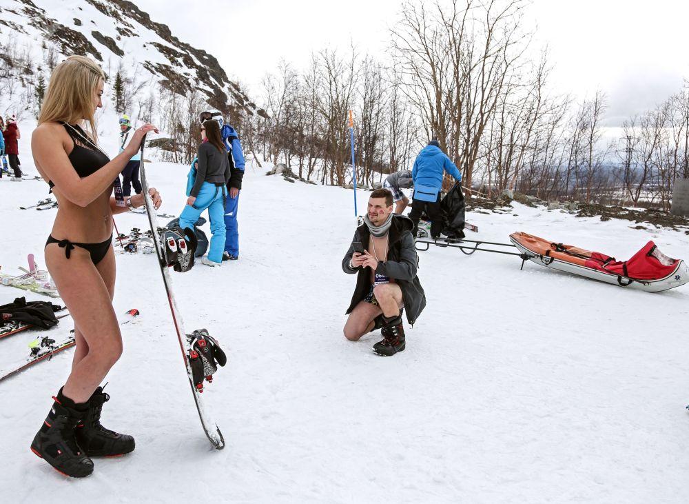 Účastníci lyžování v plavkách Khibiny-bikini 2019 na severním svahu v lyžařském areálu Big Wood v ruském městě Kirovsk