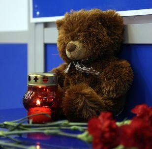 Květiny, svíčky a hračky na letišti v Murmansku na památku obětí požáru na palubě letadla, který prováděl let Moskva – Murmansk, 5. května 2019