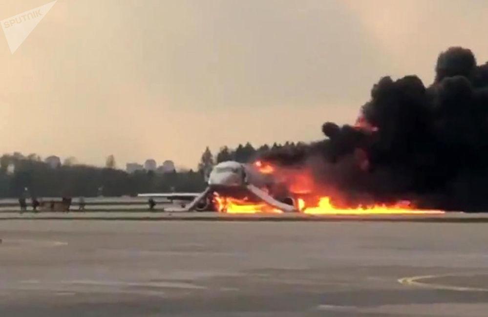 Letadlo se vrátilo během letu Moskva - Murmansk na letiště Šeremetěvo kvůli požáru na palubě. Screenshot z videa na Twitteru uživatele Norenko Mikhail. Moskva, 5. května 2019