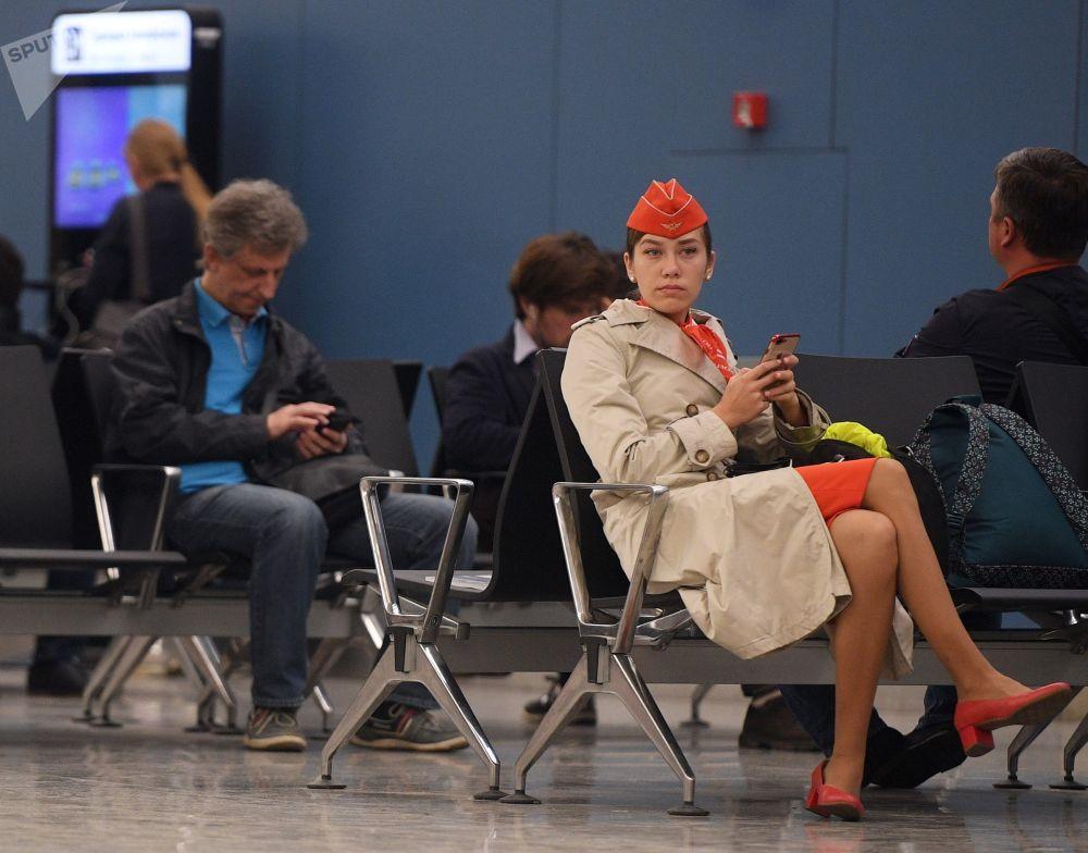 Cestující a členové posádky v čekárně letiště Šeremetěvo, Rusko, 5. května 2019