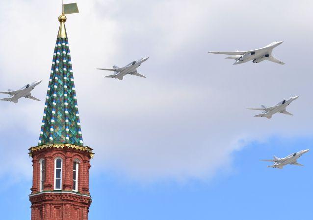 Bombardovací letouny Tu-160 a Tu-22M3 na zkoušce Přehlídky vítězství