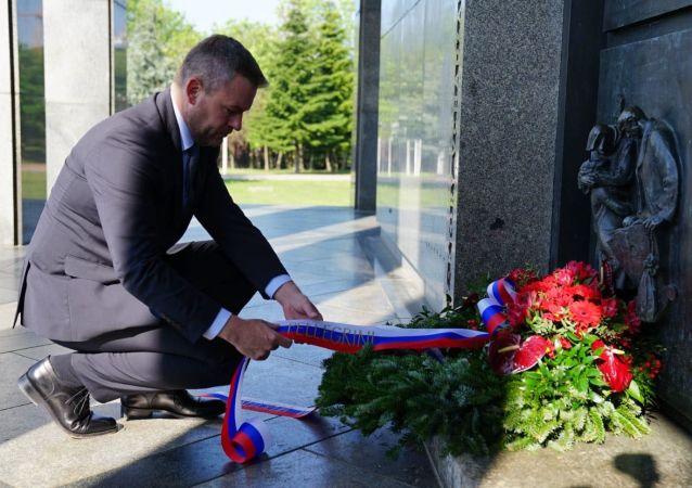 Slovenský premiér Peter Pellegrini položil věnec u památníku Slavín v Bratislavě.