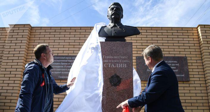 Odhalení památníku J. V. Stalinovi v Novosibirsku.