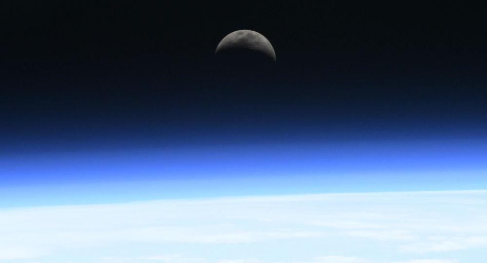 Východ měsíce nad atmosférou