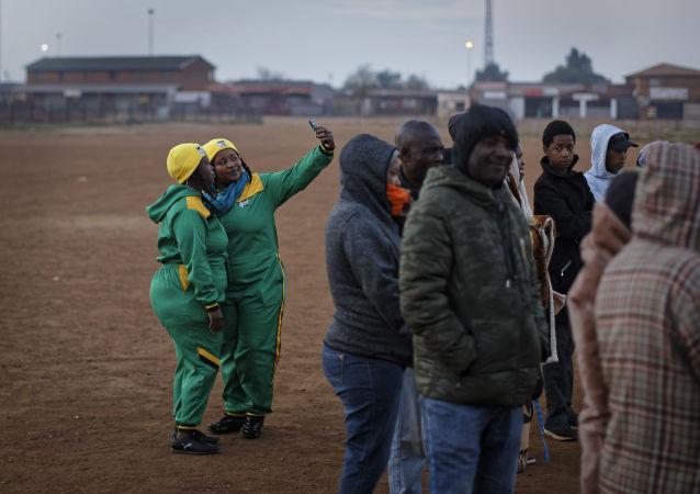 Příznivci Afrického národního kongresu (ANC) čekají ve frontě před hlasováním