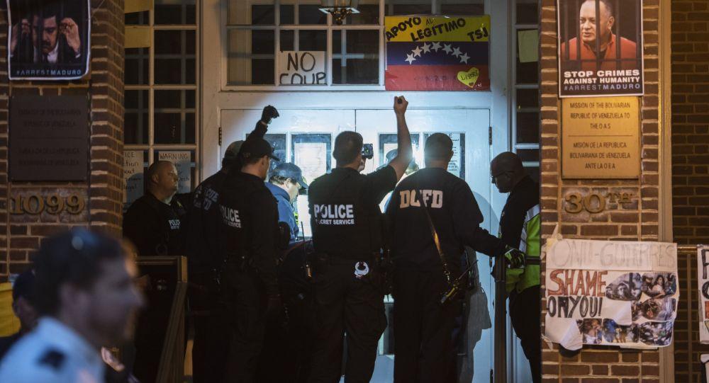 Americká policie u velvyslanectví Venezuely ve Washingtonu
