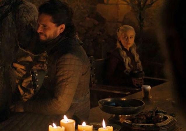 Snímek ze série Hry o trůny s kelímkem Starbucks na stole