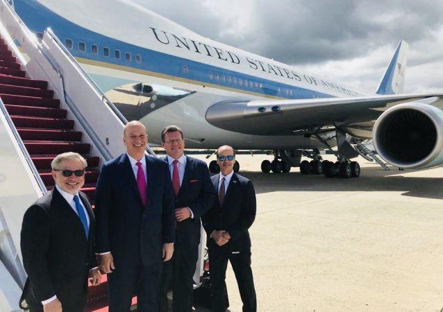 Místopředseda Evropské komise Maroš Šefčovič (třetí zleva) nastupuje do amerického letadla Air Force One