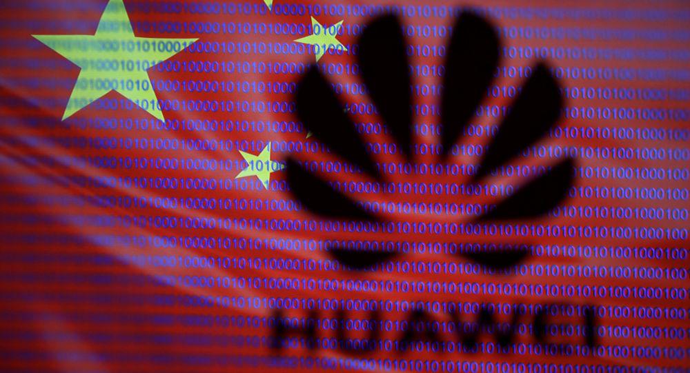 Logo společnosti Huawei na pozadí čínské vlajky