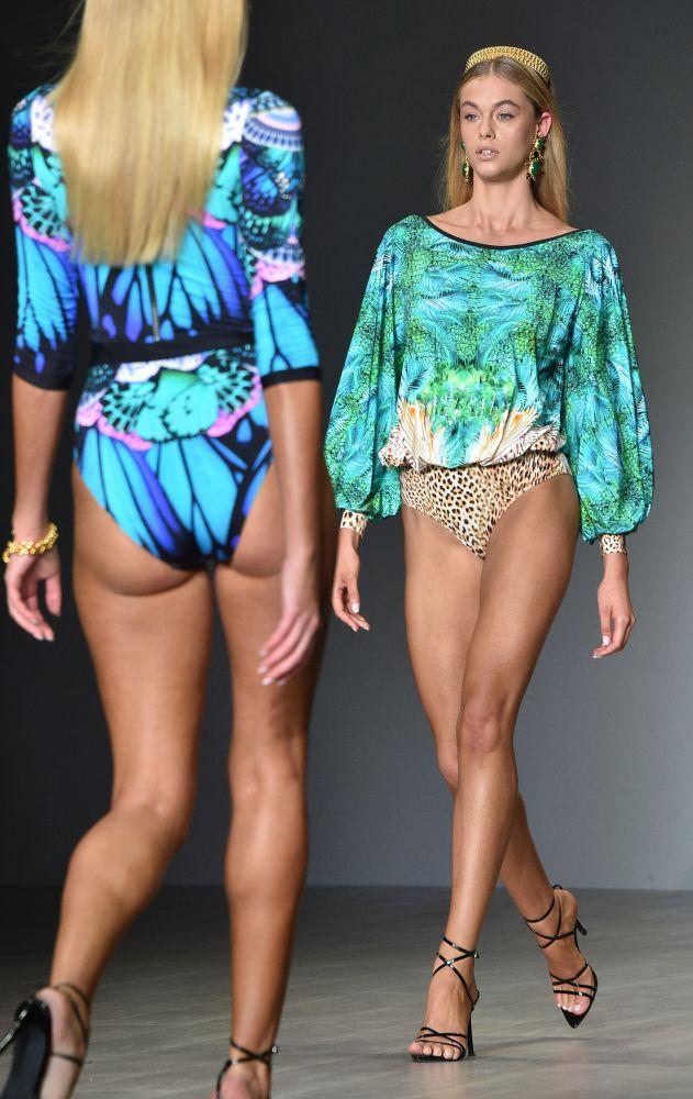 Modelky na přehlídce australské módní značky Aqua Blu na australském Týdnu módy v Sydney.