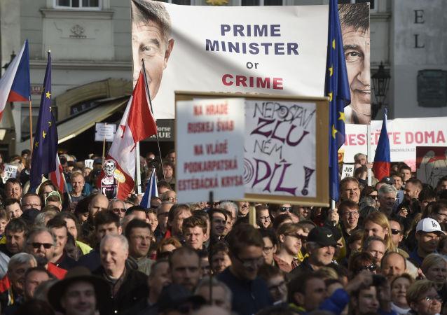 Demonstrace proti premiérovi ČR Andreji Babišovi a ministryni spravedlnosti Marii Benešové na Staroměstském náměstí v Praze dne 13. května 2019