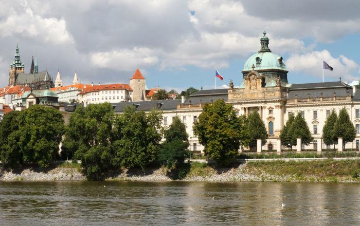 Pohled na Strakovu akademii, kde sídlí česká vláda