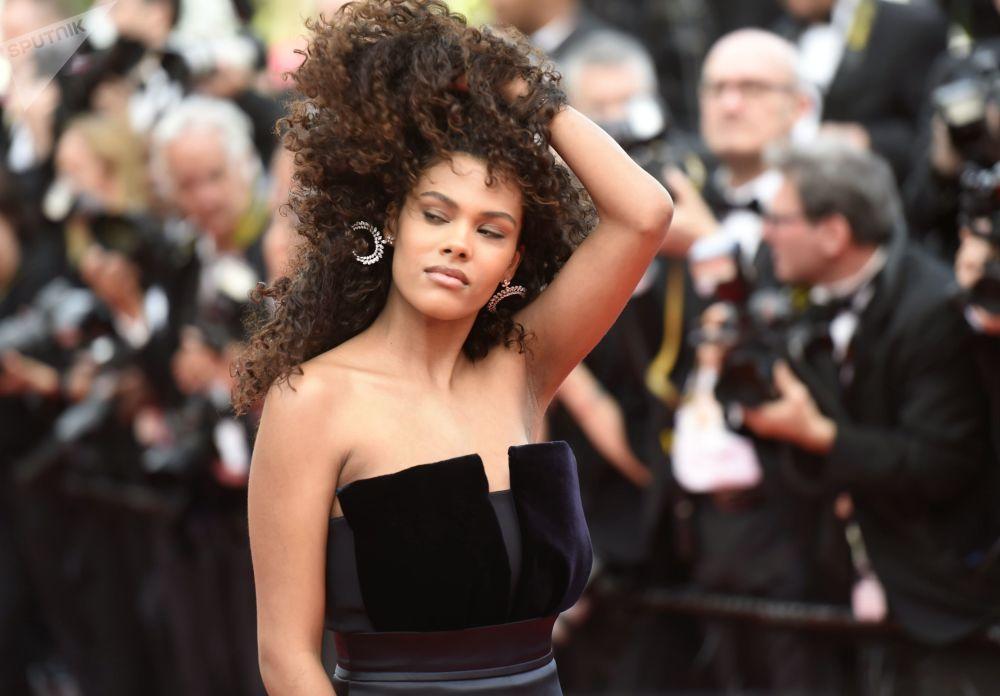 Modelka Tina Kunakey na červeném koberci v průběhu 72. filmového festivalu v Cannes.