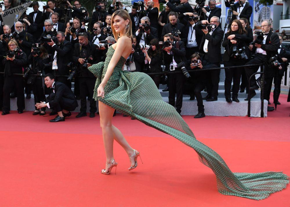 Německá modelka Stefanie Giesinger na červeném koberci během 72. filmového festivalu v Cannes.