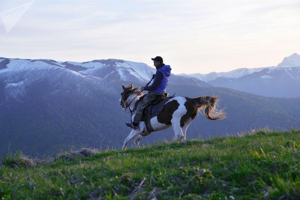 Inspektor v severní oblasti Kavkazské chráněné krajinné oblasti na koni.