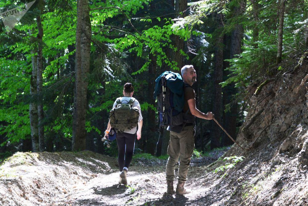 Turisté procházejí lesem severní oblasti Kavkazské přírodní biosférické rezervace Ch. G. Šapošnikova.
