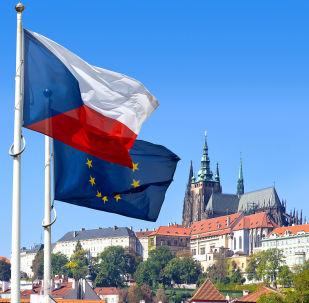 Vlajky České republiky a Evropské unie na pozadí Pražského hradu