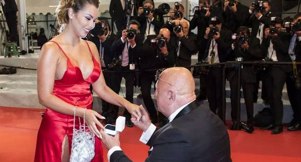 Český milionář dráždil Cannes. Na červeném koberci požádal o ruku mladou přítelkyni, co řekla kráska?